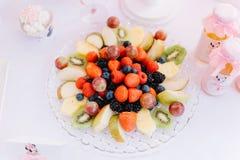 Плита с клубниками, киви плодоовощ, виноградины, голубики, ежевики Стоковое Изображение
