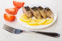 Плита с кусками копченой скумбрии, лимона, частей томата Стоковые Фото