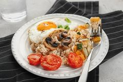 Плита с овсяной кашей, яичницей, грибами Стоковые Изображения
