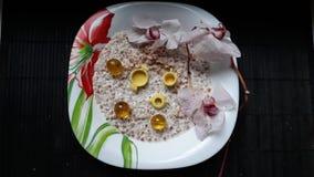 Плита с орхидеей c каши, блюдами ` s детей, каменной горой и желтыми прозрачными шариками стоковое фото rf