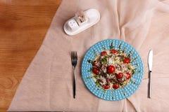 Плита с очень вкусным салатом цезаря стоковая фотография