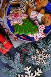 Плита с печеньями рядом с ветвями и снежинками ели на каменной предпосылке Взгляд сверху крупного плана Стоковые Фото