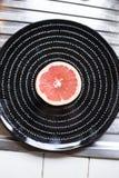 Плита с половинным грейпфрутом Стоковая Фотография