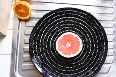 Плита с половинным грейпфрутом Стоковое Изображение