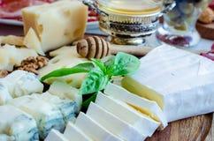 Плита с различным видом сыра Стоковые Изображения