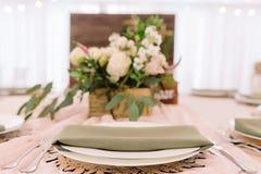 Плита с салфеткой высушенного цвета травы перед флористической коробкой Стоковые Фото