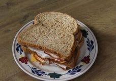 Плита с сандвичами ветчины и сыра на деревянной предпосылке стоковое изображение rf
