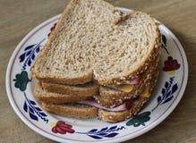 Плита с сандвичами ветчины и сыра на деревянной предпосылке стоковые изображения