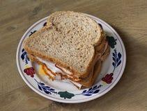Плита с сандвичами ветчины и сыра на деревянной предпосылке стоковое фото rf