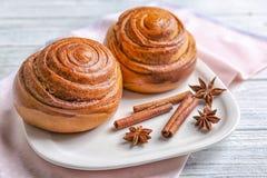 Плита с сладостными кренами циннамона Стоковые Фотографии RF