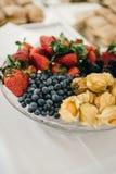 Плита с смешанными ягодами стоковое изображение