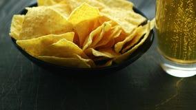 Плита с nachos и пивом сток-видео