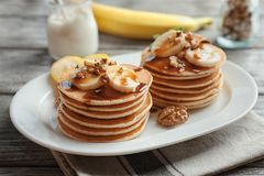 Плита с yummy блинчиками банана на таблице Стоковое Изображение