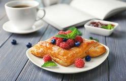 Плита с yummy печеньем слойки ягоды на таблице стоковая фотография