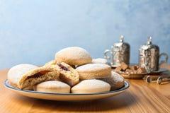 Плита традиционных печений на исламские праздники на таблице стоковые изображения rf