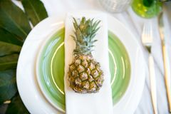 Плита украшенная с цветом ананаса и оформления, зеленых и белых Стоковые Изображения