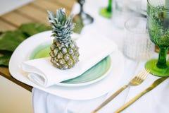 Плита украшенная с цветом ананаса и оформления, зеленых и белых Стоковая Фотография RF