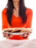 Плита удерживания женщины печениь Стоковая Фотография RF