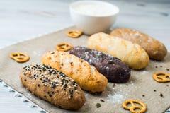 Плита хлеба с разными видами хлеба Стоковая Фотография