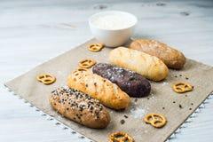 Плита хлеба с разными видами хлеба Стоковое Изображение RF