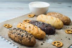 Плита хлеба с разными видами хлеба Стоковые Фотографии RF