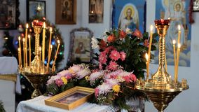 Плита церков сельской православной церков церков Горя свечи, серии цветков и значок сток-видео