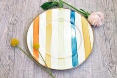 Плита эмали на деревянной предпосылке взгляд сверху плиты стоковое фото rf
