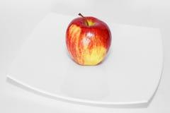 плита яблока зрелая к белизне стоковые изображения