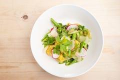 Плита gnocchi с pesto с свежими местными зелеными цветами стоковое фото rf