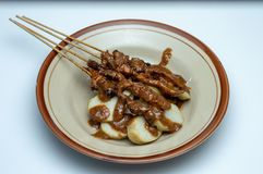 Плита lontong тортов риса с satay ручками от Индонезии стоковая фотография rf
