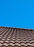 Плитка крыши с взглядом вертикали предпосылки голубого неба Стоковые Изображения RF