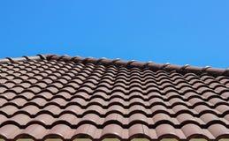 Плитка крыши с предпосылкой голубого неба Стоковая Фотография