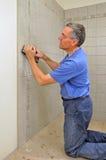 плитка человека ванной комнаты керамическая grouting стоковая фотография rf