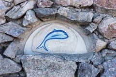 Плитки мозаики рыб крупного плана на старой стене Стоковые Изображения