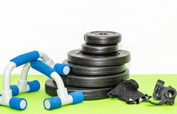 Плиты веса детандера и штанги фитнеса, нажимают вверх оборудование Стоковое Изображение