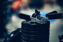 Плиты веса детандера и штанги фитнеса Стоковые Фото