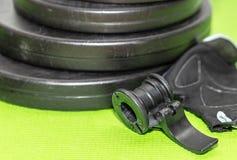 Плиты 2 веса детандера и штанги фитнеса Стоковая Фотография RF