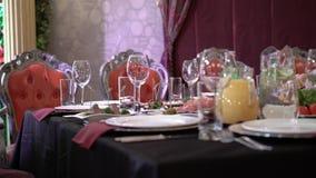 Плиты и стекла на красной салфетке в ресторане акции видеоматериалы