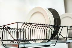 Плиты на drainer, кухне, концепции очищенности Стоковое Изображение RF