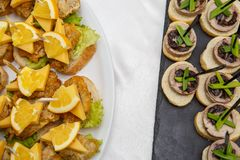 2 плиты с закусками на таблице шведского стола Выбор вкусных bruschetta или канапе на провозглашанных тост багете и сыре кварка п Стоковые Изображения