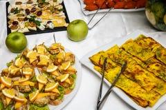 2 плиты с закусками на таблице шведского стола Выбор вкусных bruschetta или канапе на провозглашанных тост багете и сыре кварка п Стоковое фото RF