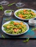 Плиты с зелеными макаронными изделиями и креветками Стоковые Изображения RF