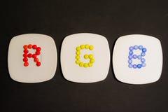 3 плиты с красочными конфетами шоколадов с цветами RGB Стоковые Изображения RF