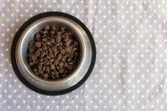 Плиты с сухой едой ` s собаки стоковые изображения rf