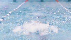 Пловец вид спереди полной съемки профессиональный мужской выполняя ход бабочки имея тренировку видеоматериал