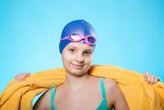 Пловец девушки в крышке заплывания и изумлённых взглядах подныривания Она держит желтое полотенце на его плечах Концепция успеха  Стоковое Фото
