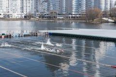Пловцы девушек на конкуренциях в ледистой воде на реке Красивейший солнечный день Стоковое Фото