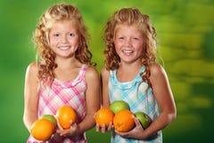 плодоовощи держа близнеца сестер Стоковое Изображение RF