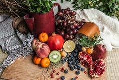 Плодоовощи здоровой еды различные и предпосылка ягод деревянная C стоковая фотография