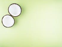 Плодоовощи кокосов на зеленой предпосылке Стоковое Фото